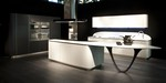 La cucina Ola 20 di Snaidero Cucine con design Pininfarina rinnova di nuovo il concetto di cucina componibile moderna.La linea curva ovviamente  il tratto caratterizzante. La cappa mantiene la cupola 'originale' che tanto successo ha avuto in questi 20 anni: resistenza e solidit con uno speciale meccanismo con chiusura ed apertura elettriche. La maniglia integrata, discreta ed ergonomica  completata da un profilo in alluminio.Stupendo il nuovo supporto del piano penisola, addirittura una 'scultura' moderna...un richiamo esplicito alla maestria Pininfarina.
